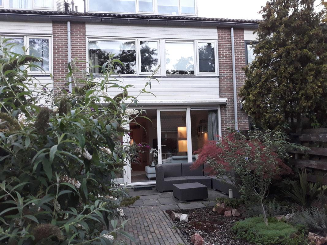 Buitenwens-Tuinontwerp-Heemskerk-Kleine-Stads-Tuin-Castricum-met-veranda-van-glas-Voor