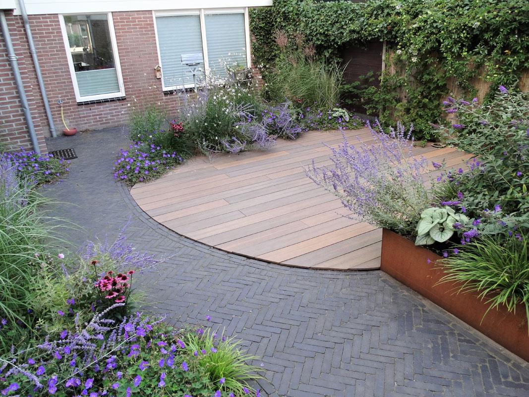 Buitenwens-Tuinontwerp-Heemskerk-Natuurlijke-Tuin-met-Cortenstaal-siergrassen-blauwe-bloemen-Na