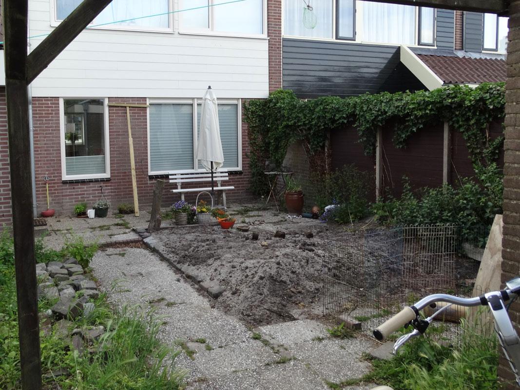 Buitenwens-Tuinontwerp-Heemskerk-Natuurlijke-Tuin-met-Cortenstaal-siergrassen-blauwe-bloemen-Voor