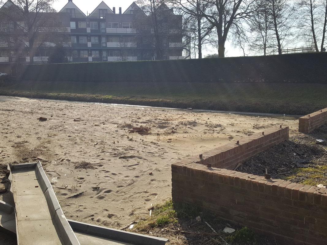 Buitenwens-Tuinontwerp-Heemskerk-Stijlvolle-moderne-tuin-met-zwarte-hangstoel-Voor