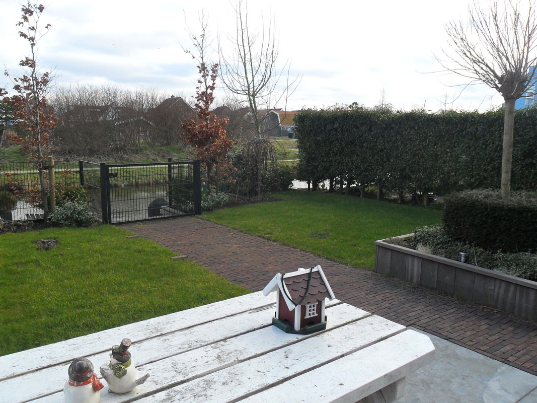 Buitenwens-Tuinontwerp-Heemskerk-Strakke-Tuin-Assendelft-met-veranda-Voor