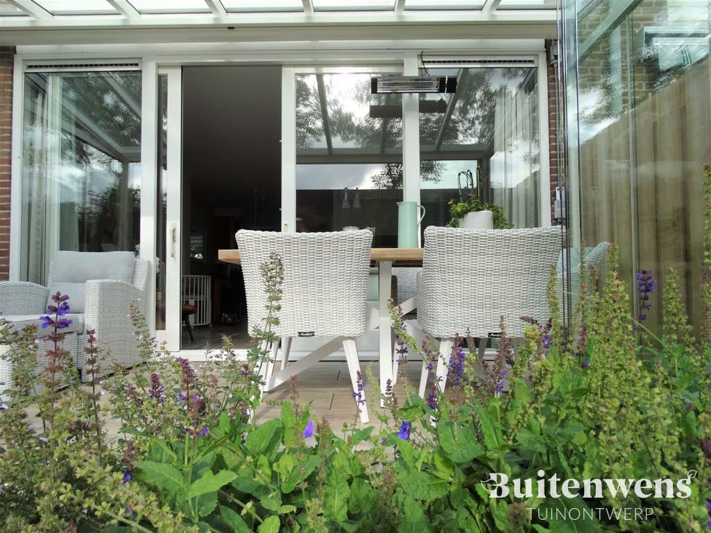 Salvia, veranda, witte meubels Buitenwens Tuinontwerp Heemskerk